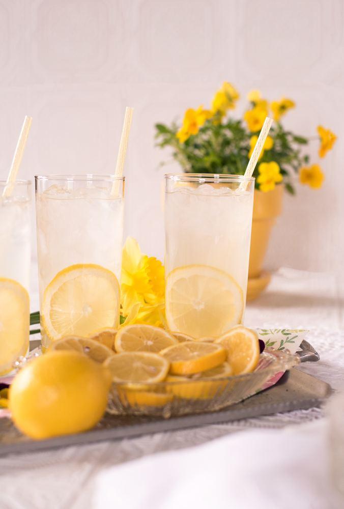 Barn selger lemonade for å samle inn penger